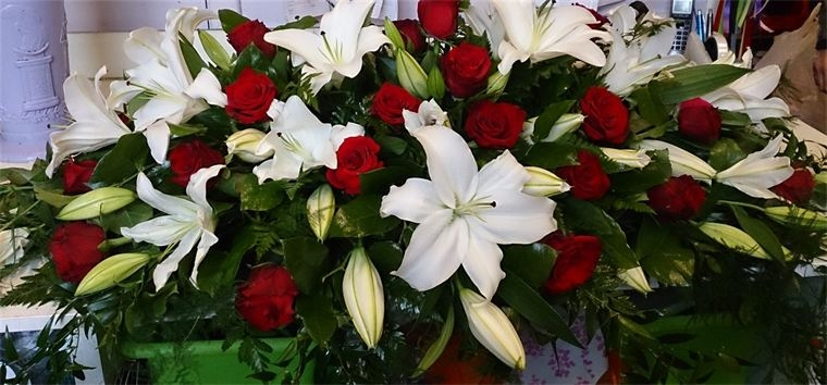 white lilies with red roses